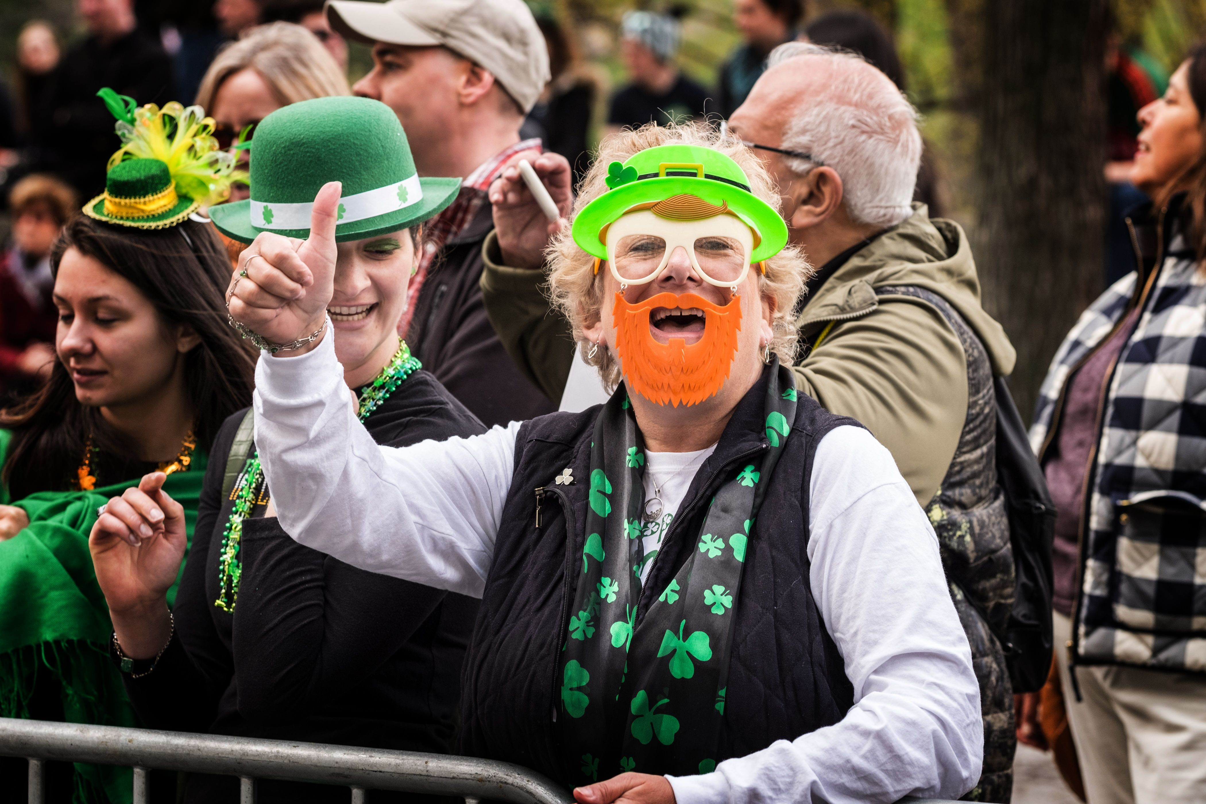 NEW YORK, NY - MARCH 17:  Attendees seen at the 255th annual St. Patrick's Day Parade along Fifth Avenue in New York City on March 17, 2016 in New York City.  (Photo by Larry Busacca/Getty Images) (Foto: Getty Images)