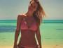 Carolina Dieckamann tira onda exibindo barriga chapada na praia
