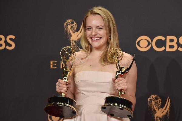 Elisabeth Mossa garantiu a estatueta nas categorias de Melhor Atriz em Série Dramática (The Handmaid's Tale) (Foto: Getty Images)