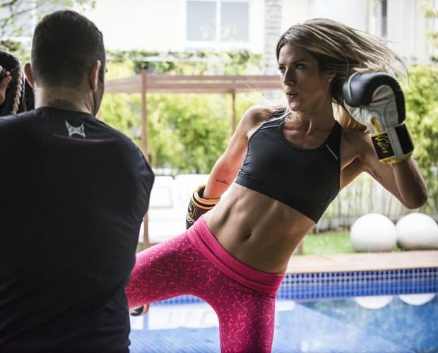 Gio mostra barriga sarada enquanto treina (Foto: Raphael Dias/TV Globo)