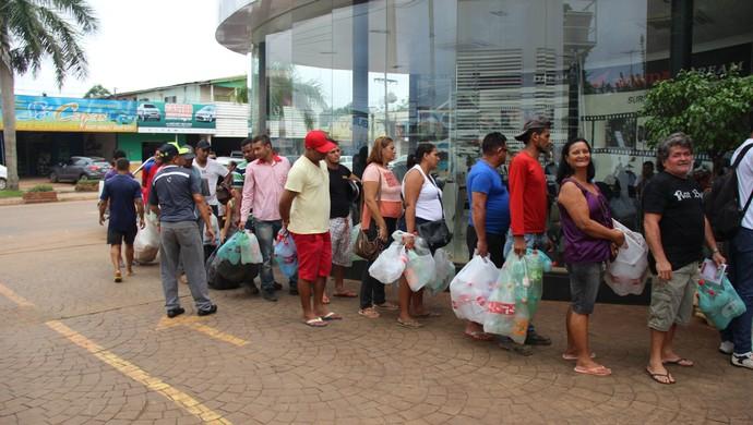 Torcida do Rio Branco-AC faz fila para trocar ingressos sustentáveis na Copa Verde (Foto: João Paulo Maia)