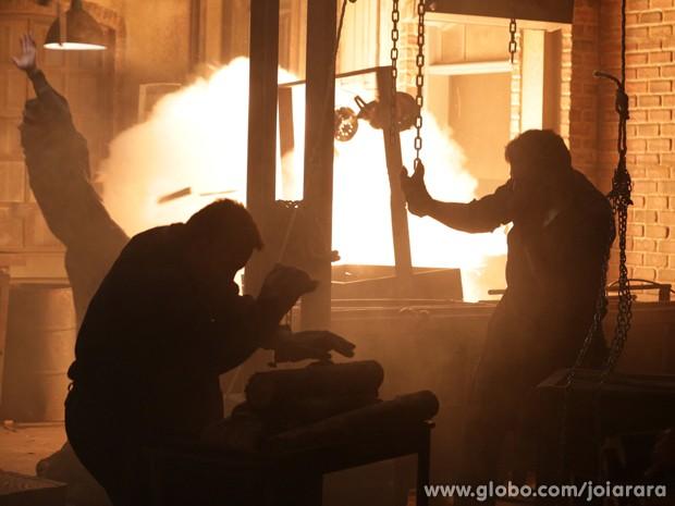 Forno da fundição explode e Toni fica gravemente ferido (Foto: Fábio Rocha/ TV Globo)