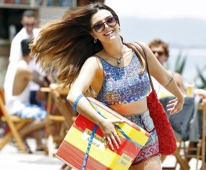 Giovanna Lancellotti esbanja simpatia de shortinho e barriguinha de fora em gravação no Rio (Foto: Ellen Soares/ Gshow)