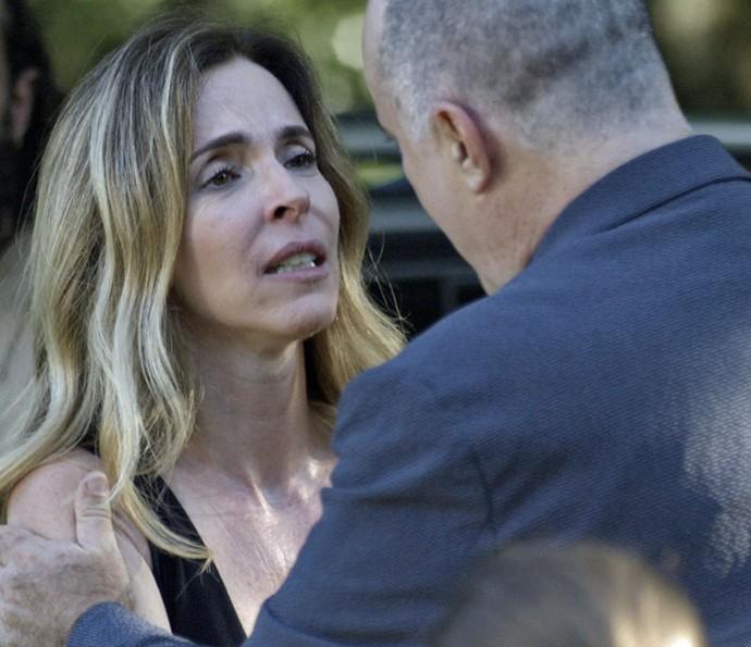 Zé surpreende a filha de Gibson (Foto: TV Globo)