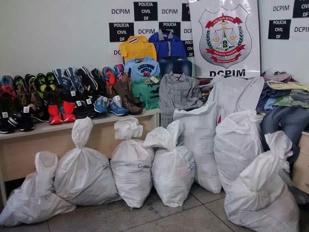 Material apreendido com suspeito de ser maior  distribuidor de roupas falsificadas do DF (Foto: Isabella Calzolari/G1)