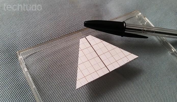Use o molde de papel para marcar a caixa do CD (Foto: Barbara Mannara/TechTudo)