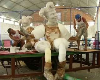Escola Bom das Bocas trabalha a todo vapor para o carnaval de Três Rios (Foto: Reprodução RJTV 1ª Edição)