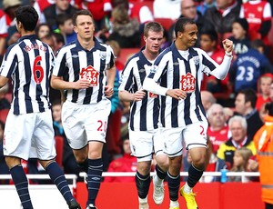 Peter Odemwingie comemora gol do West Bromwich contra o Arsenal (Foto: Getty Images)