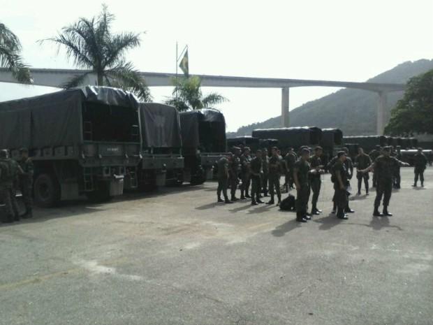 26/12/2013 - Homens do Exército do Rio chegam ao ES para ajudar vítimas da chuva
