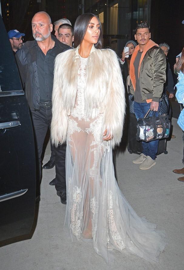 Kim Kardashian usa vestido da coleção de alta-costura 2011 da Givenchy (Foto: AKM-GSI)