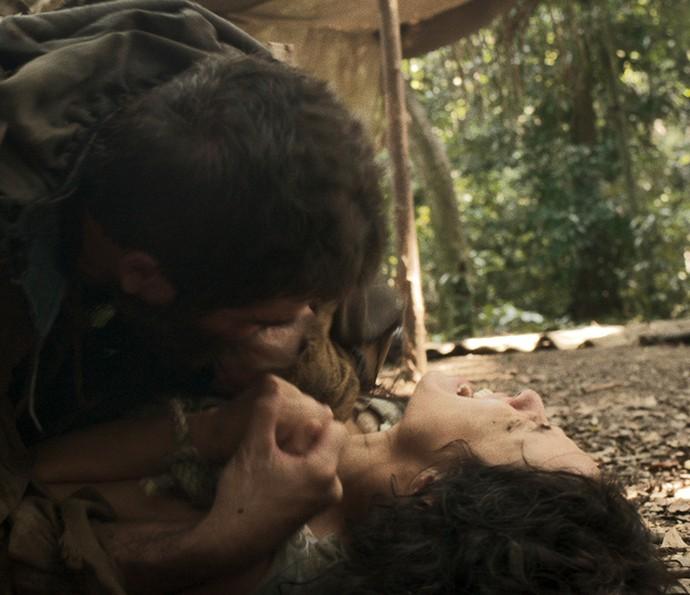 Ele tenta beijá-la à força (Foto: TV Globo)