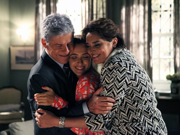 Bianca e Beatriz dão apoio a Cláudio antes da audiência (Foto: Carol Caminha/Gshow)