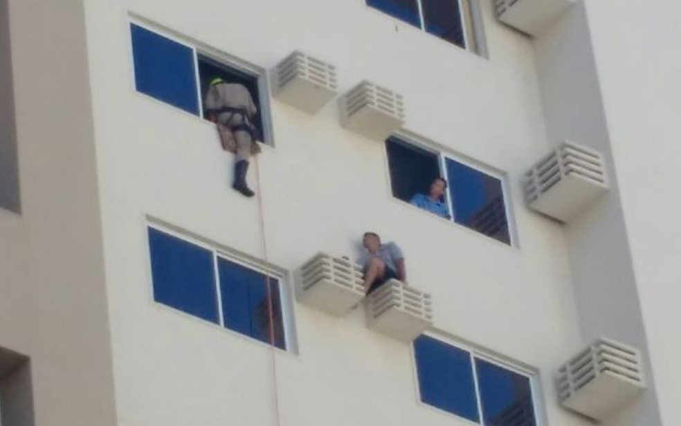 Turista de 32 anos é resgatado após cair em suporte de ar condicionado (Foto: Reprodução/Corpo de Bombeiros)