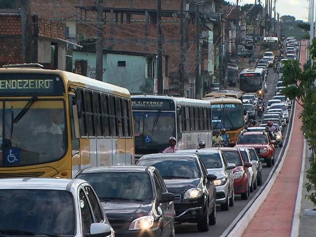 Trânsito ficou lento na Avenida Suburbana por causa do protesto (Foto: Reprodução/TV Bahia)