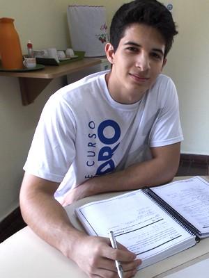 Estudante Luís Júnior saiu de casa há dois anos para se preparar para o vestibular do ITA (Foto: Carolina Teodora/G1)