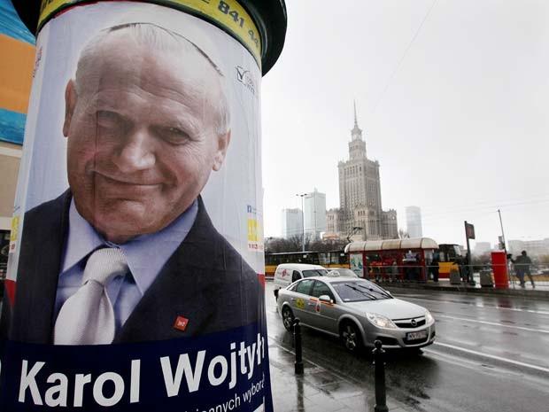 Carta zom imagem de João Paulo II é visto em Varsóvia, na Polônia, nesta quarta-feira (1º) (Foto: AP Photo/Czarek Sokolowski)