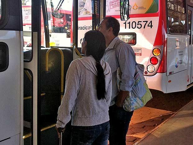 O comerciante Paulo Lelis e a mulher pedem informação para motorista de ônibus sobre qual veículo ia para a L2 Sul (Foto: Grazielle Raiane/G1)