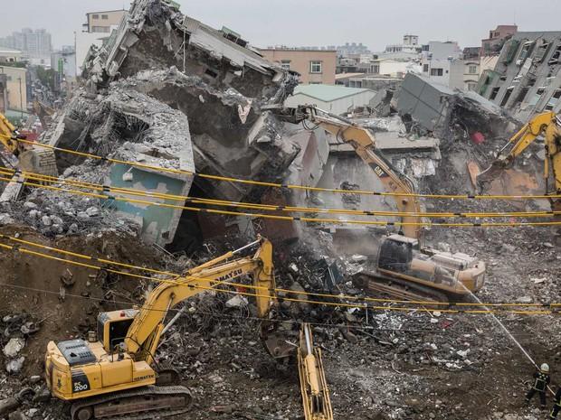 Equipes de emergência seguem à procura por corpos ou sobreviventes em escombros em Tainan (Foto: Anthony Wallace / AFP Photo)