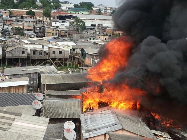 Incêndio destrói casas em bairro da Zona Oeste de Manaus (Foto: Oyama Filho/Rede Amazônica)