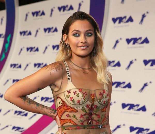 A celebridade Paris Jackson sem depilar durante o VMA 2017 (Foto: Getty Images)