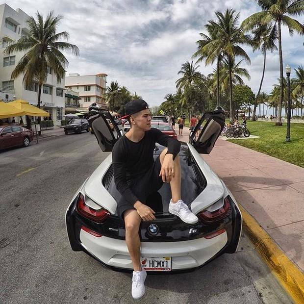 Biel posa ostentando carrão (Foto: Reprodução/Instagram)