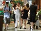 William Bonner e Fátima Bernardes vão com a família ao shopping