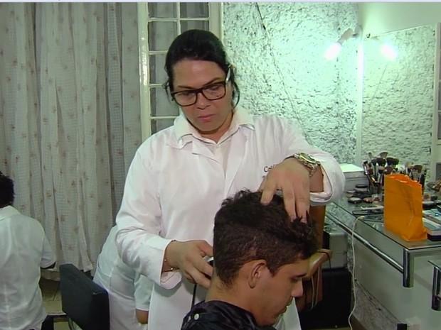 Sine oferece curso de cabeleireiro em Goiânia, Goiás (Foto: Reprodução/ TV Anhanguera)