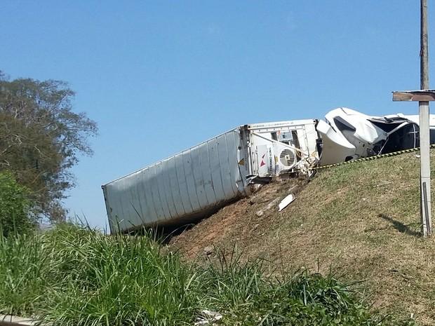 Caminhão tombou na manhã desta quinta (29) em Aparecida (Foto: Frham Oliveira / Vanguarda Repórter)
