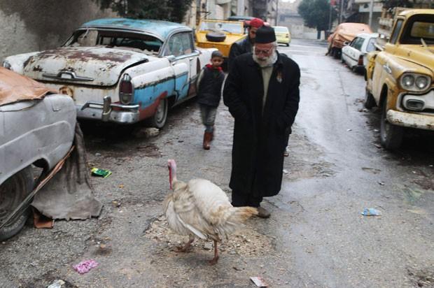 Mohamed Badr al-Din usa peru como guarda para proteger sua coleção de carros antigos (Foto: Abdalrhman Ismail/Reuters)