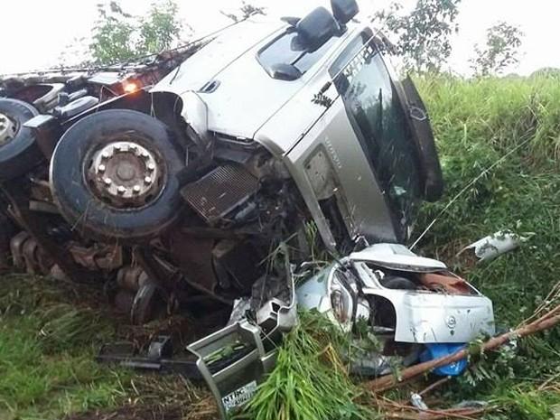 Luz, acidente, carro, carreta, mortes (Foto: Polícia Rodoviária Federal/Divulgação)