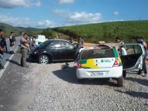 Veículos colidiram frontalmente. Uma senhora idosa morreu na hora. (Foto: Luzamir Carneiro/ JG Notícias)