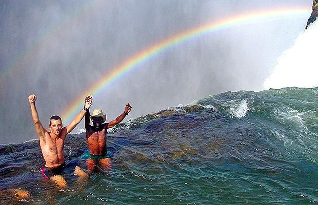 Turistas curtem a piscina natural no alto de cataratas na África (Foto: Divulgação)