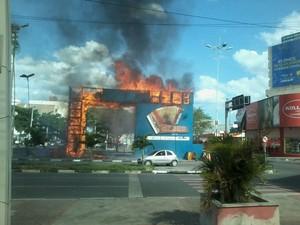 Fogo destruiu o portal do São João de Caruaru (Foto: Allison Lima/Divulgação)
