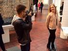 Nova profissão? Junior Lima faz fotos de Angélica em museu de arte