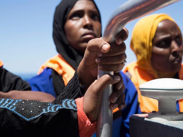Migrantes resgatados em uma das operações dos Médicos sem Fronteiras na segunda-feira (Foto: Anna Surinyach/MSF)