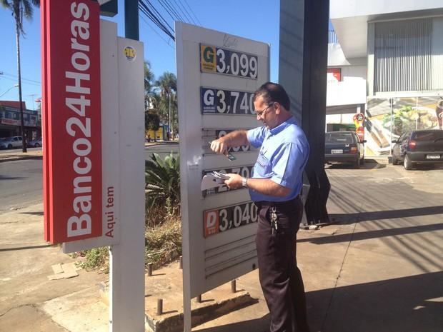 Após ser notificado, gerente reduz os preços dos combustíveis em Goiânia, Goiás (Foto: Paula Resende/ G1)