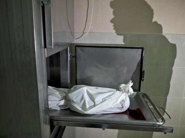 Corpo de Yasin Abu Khussa, de 10 anos, no necrotério de um hospital após um ataque aéreo israelense na Faixa de Gaza (Foto: AFP Photo)