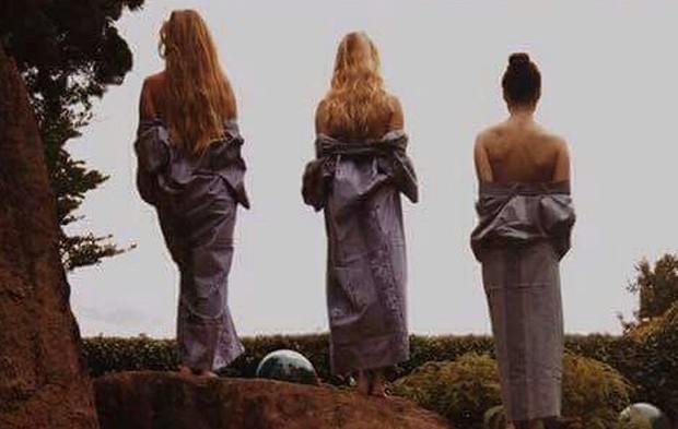 Maisie Williams (dir) com amigas (Foto: Reprodução)