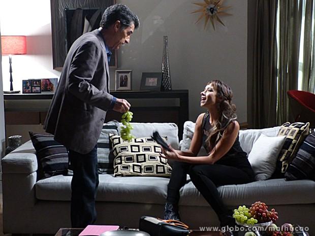 Zelândia continua tratando o empresário como um subalterno (Foto: Malhação / TV Globo)