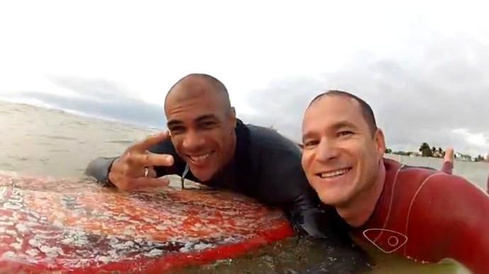 Carlos Kill é cadeirante e voltou a surfar com ajuda de amigo (Foto: Reprodução/GloboEsporte.com)