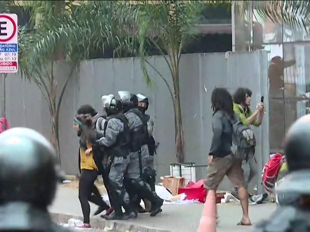 Policiais retiram estudantes do Centro Paula Souza (Foto: Reprodução/TV Globo)