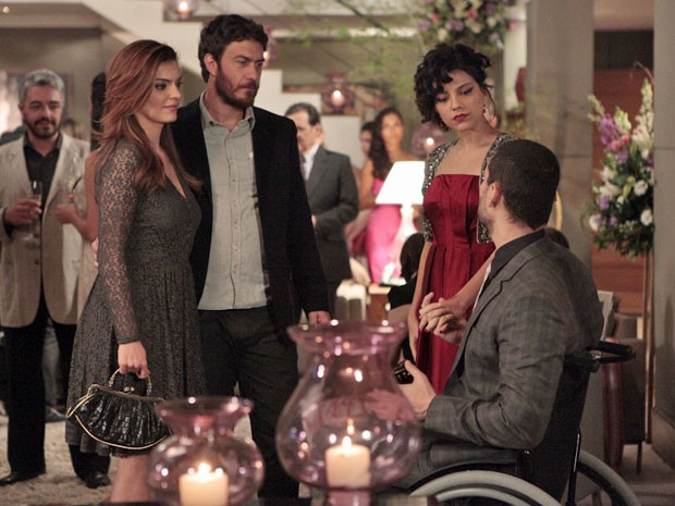 Fernando deixa Rodrigo, Elisa e Miriam desconfortáveis (Foto: Amor Eterno Amor/TV Globo)