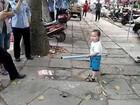 Menino defende avó de fiscais na China e vira sensação na web