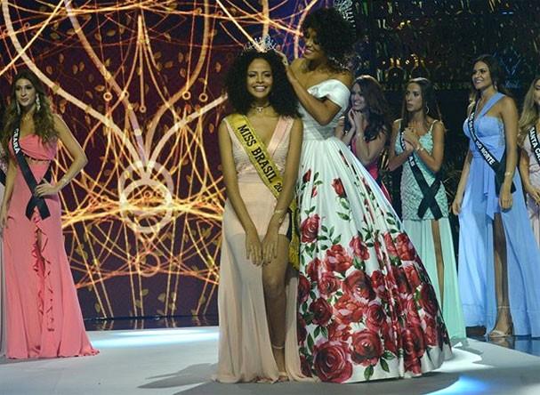 Raíssa Santana coroa a nova Miss Brasil Monalysa Alcântara (Foto: Reprodução/Instagram)