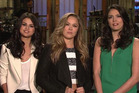 Ronda Rousey; Selena Gomez; Cecily Strong; Saturday Night Live Show (Foto: Reprodução)