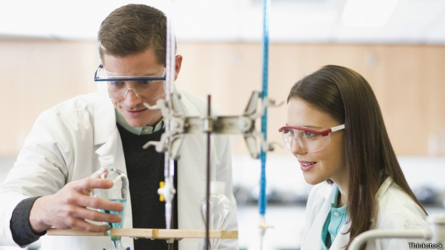 Universidades focadas em pesquisas científicas têm maiores chances de estarem no topo de ranking (Foto: Thinkstock/BBC)