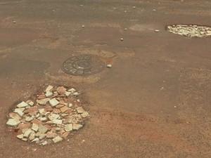 Moradores colocam entulho para tapar buracos (Foto: Reprodução/TV TEM)