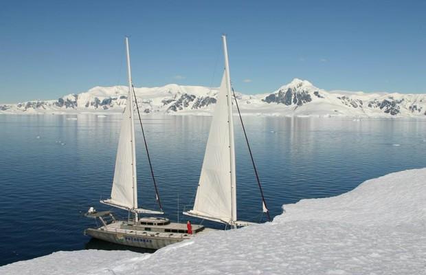 Barco de Amyr ancorado em região na Antártida  (Foto: Divulgação/Amyr Klink)