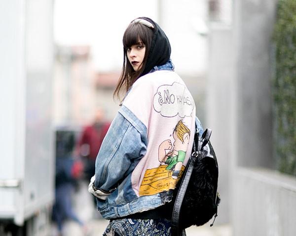 A jaqueta jeans pode ser usada em várias situações e estações (Foto: Imaxtree)