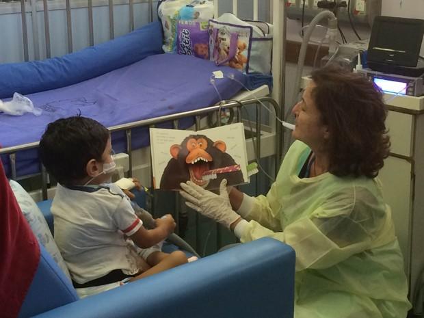 A literatura ajuda crianças a superar problemas de saúde. (Foto: Susan Vidinhas/ G1)